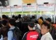 Calon penumpang kereta antre di loket penjualan tiket Kereta di Stasiun Senen, Jakarta, Selasa (1/9).   (Republika/Agung Supriyanto)