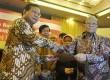 Capres dari Partai Gerindra Prabowo Subianto (kiri) menerima naskah dukungan dari guru besar non PNS dan cendekiawan yang diserahkan oleh mantan Rektor Universitas Padjajaran Yuyun Wirasasmita di Jakarta, Rabu (2/4). (Antara/Wahyu Putro)