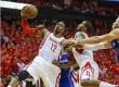 Center Houston Rockets Dwight Howard berusaha memasukkan bola.