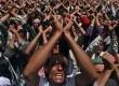Demonstran antipemerintah menuntut pengunduran Presiden Ali Abdullah Saleh dalam protes di Sanaa, ibu kota Yaman, Rabu (6/4).