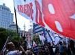 Demonstran mengibarkan bendera saat unjukrasa didepan Mahkamah Konstitusi (MK), Jakarta, Rabu (20/8).