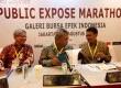 Direktur Keuangan dan Risiko Kredit BNI Rico Rizal Budidarmo (tengah) berbincang bersama Senior Executive Vice President (SEVP) Yuddy Renaldi (kiri) dan Direktur Bisnis Konsumer BNI, Anggoro Eko Cahyo (kanan) usai memberikan keterangan dalam paparan publik di Jakarta, Senin (7/8).