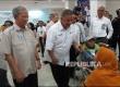 Direktur Utama PT PLN Sofyan Basir (kedua dari kiri) didampingi Dirut RSCM Heriawan Soejono (kiri) berdialog dengan pasien di salah satu unit layanan rumah sakit tersebut, Senin (4/9). Kunjungan Sofyan bertepatan dengan Hari Pelanggan Nasional. PLN akan terus meningkatkan layanan di RSCM dan pelanggan lainnya di seluruh Indonesia.