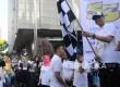 Dirut Bank BJB, Ahmad Irfan (kedua kanan) melepas peserta BJB family funwalk saat Hari Bebas Kendaraan Bermotor di Jakarta, Ahad (15/5). (Republika/Agung Supriyanto)