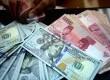 Dollar Naik, Rupiah Turun: Petugas menghitung uang pecahan 100 Dollar dan uang pecahan Rp. 100 ribu di salah satu tempat penukaran uang, Jakarta, Kamis (12/2).