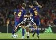 Gelandang FC Barcelona Ivan Rakitic dan Sergio Busquets menahan laju striker  Juventus Paulo Dybala di Stadiun Camp Nou.