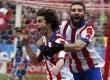 Gelandang Atletico Madrid, Tiago (kiri), berlari meluapkan kegembiraannya usai menjebol gawang Real Madrid dalam laga La Liga Spanyol di Vicente Calderon, Madrid, Sabtu (7/2).