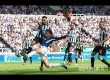 Gelandang serang Tottenham Dele Alli mencetak gol pembuka pada pertandingan Liga Primer Inggris di St James Park, Ahad (13/8).