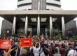 Grup Band Slank bersama Wakil Ketua KPK Saut Situmorang mengelar konser di depan gedung KPK, Jakarta, Kamis (13/7).