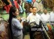 Gubernur Bank Indonesia (BI) Agus Martowardojo memlakukan pembelian menggunakan uang rupiah baru saat peluncuran uang baru di Blok M Square, Jakarta, Senin (19/12).