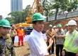 Gubernur DKI Jakarta Joko Widodo (kiri) meninjau proyek MRT usai melakukan peletakan batu pertama pembangunan Stasiun MRT di Dukuh Atas, Jakarta, Kamis (10/10).  (Republika/Yasin Habibi)