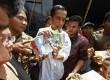 Gubernur DKI Jakarta Joko Widodo memberikan bantuan langsung pada warga Kelurahan Lagoa di Jakarta Utara, Ahad (3/2). (Republika/Adhi Wicaksono)