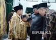 Gubernur Jabar Ahmad Heryawan berbincang dengan salah satu kafilah pada Pelepasan Kafilah MTQ Jabar ke MTQ XXVI di NTB , di Gedung Sate, Kota Bandung, Selasa (26/7). (Republika/Edi Yusuf)