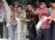 Gurbernur DKI Jakarta Fauzi Bowo (ketiga kiri) melihat kualitas beras, saat inspeksi di Pasar Induk Beras Cipinang, Jakarta Timur, Jumat (16/3). (Republika/Adhi Wicaksono)