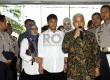 Hatta Rajasa (kedua kanan) dan Okke Rajasa (kedua kiri), tiba di Ditlantas Polda Metro Jaya, Senin (7/1), mendampingi putranya Rasyid (tengah) yang menjadi tersangka dalam kasus kecelakaan di tol Jagorawi. (Republika/Adhi Wicaksono)