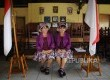 Ibu guru kembar Sri Irianingsih dan Sri Rosyati berfoto seusai mengajar anak-anak kurang mampu di Sekolah Darurat Kartini, Lodan Raya, Jakarta Utara, Rabu (21/12). Kedua guru perempuan itu memberikan pendidikan secara gratis kepada anak-anak miskin dikawas