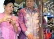 Ibu negara Ani Yudhoyono bersama Presiden Susilo Bambang Yudhoyono mengunjungi stand pameran saat Gerakan Kewirausahaan Nasional 2012 di Smesco, Jakarta, Kamis (8/3). (Republika/Wihdan Hidayat)