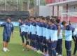 Indra Sjafri memberikan pengarahan kepada para pemain timnas U-19 di Madrid.