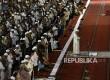 Jamaah melakukan shalat ghaib usai menunaikan shalat jumat di Masjid Istiqlal, Jakarta, Jumat (8/9).