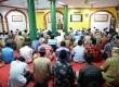 Jamaah mendengarkan khotbah Jumat di Masjid Lautze, Pasar Baru, Jakarta.