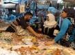 Jelang Ramadhan, warga memenuhi pasar tradisional di pusat kota Baghdad, Irak, Kamis (19/7).  (Karim Kadim/AP)