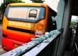 Kaca halte busway yang hancur ditembaki oleh orang tak dikenal, Ahad (11/11) dini hari. (Yasin Habibi)