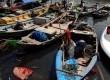 Kapal-kapal milik nelayan bersandar di kampung nelayan Cilincing, Jakarta Uara, Jumat (10/2). (Republika/Prayogi)