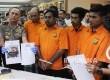 Kapolda Metro Jaya Irjen M Iriawan menunjukkan tersangka dan barang bukti kejahatan kasus penusukan terhadap ahli telematika dari Institut Teknologi Bandung (ITB) Hermansyah di Polda Metro Jaya, Jakarta, Kamis (13/7).