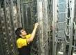 Karyawan Indosat memperbaiki Data Distribution Frame (DDF), di kantor Pusat Indosat, Jakarta.