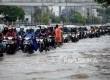Kendaraan melintasi genangan air di kawasan Gunung Sahari, Jakarta, Selasa (21/2).