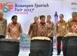 Ketua Dewan Komisioner Otoritas Jasa Keuangan (OJK) Muliaman D Hadad (depan, tengah) bersama Kepala Eksekutif Pengawas Industri Keuangan Non Bank (IKNB) OJK Firdaus Djaelani (depan, kiri) dan Sekda Jateng Sri Puryono (depan, kanan) memukul beduk pembukaan Keuangan Syariah Fair (KSF) 2017, di Semarang, Jawa Tengah, Jumat (12/5).