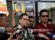 Ketua Gerakan Muda Partai Golkar (GMPG) Ahmad Doli Kurnia bersama Jubir KPK Febri Diansyah memberikan keterangan seusai melakukan pertemuan di gedung KPK, Jakarta, Kamis (24/8).