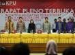 Ketua Komisi Pemilihan Umum (KPU) Husni Kamil Manik (tengah) bersama komisioner KPU lainnya saat digelar Rapat Pleno Terbuka di Kantor KPU, Jakarta, Rabu (23/10).   (Republika/ Tahta Aidilla)
