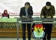 Ketua KPU Husni Kamil Manik (kanan) melakukan penandatanganan Nota Kesepahaman (MoU) bersama Ketua Komisi Nasional Hak Asasi Manusia Nur Kholis (kiri) di Ruang Sidang Utama KPU RI, Jakarta, Senin (21/9). (Republika/Rakhmawaty La'lang)
