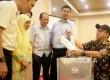 Ketua KPU RI Juri Ardiantoro (2 kanan) dan Komisioner KPU Arief Budiman (kanan) saat memantau rapat pleno rekapitulasi hasil perhitungan suara Pilkada DKI Jakarta 2017 tingkat kota administrasi Jakarta Timur, Jumat (24/2).