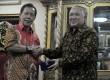 Ketua PP Muhammadiyah Din Syamsuddin (kanan) berjabat tangan dengan Ketua Umum Partai Keadilan dan Persatuan Indonesia (PKPI) Sutiyoso (kiri) seusai pertemuan di kantor PP Muhammadiyah, Jakarta, Rabu (29/5).