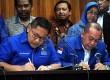 Ketua Umum DPP Partai Demokrat Anas Urbaningrum bersama Wasekjen PD Saan Mustopa (kanan) saat menandatangani Pakta Integritas di kantor DPP PD, Jakarta, Kamis (14/2).  (Republika/ Tahta Aidilla)