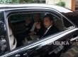 Ketua Umum Golkar Setya Novanto menyapa wartawan seusai melakukan pertamuan di kediaman Ketua Dewan Kehormatan Partai Golkar BJ Habibie, Jakarta, Senin (23/7).