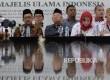 Ketua umum Majelis Ulama Indonesia KH. Ma'ruf Amin (kedua kiri) mendampingi sejumlah anggota Advokat Cinta Tanah Air (ACTA) saat memberikan keterangan kepada wartawan di kantor MUI, Jakarta, Senin (6/2).