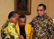 Ketua umum Partai Golkar Aburizal Bakrie, Wakil Sekjen DPP Partai Golkar Leo Nababan (tengah) dan Ketua DPD PG Jambi Zoeman Manaf (kanan)
