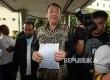 Kuasa Hukum Ketua Gerakan Nasional Pengawal Fatwa (GNPF) MUI Bachtiar Nasir, Kapitra Ampera (tengah) menunjukan surat pemanggilan saat tiba di Bareskrim Polri, Jakarta, Rabu (8/2).