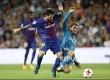 Lionel Messi (kiri) berduel dengan Mateo Kovacic (kanan) di leg pertama Final Piala Super Spanyol antara Barcelona vs  Real Madrid di Camp Nou, Barcelona, Senin (14/8) pagi.