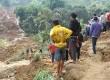 Longsor menimpa puluhan rumah warga dan menewaskan setidaknya 17 orang di desa Muka Payung kampung Lembang kecamatan Cililin kabupaten Bandung Barat, Senin (25/3).   (Republika/Arief Maulana Hasan)