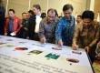 Ketua KPU  Husni Kamil Manik bersama pihak penyelenggara Pemilu dan perwakilan partai menandatangani Maklumat Bersama Pemilu Jurdil Damai dan Anti Korupsi di Jakarta, Kamis (6/2).    (Republika/Agung Supriyanto)