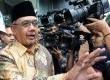 Menteri Pemberdayaan Aparatur Negara dan Reformasi Birokrasi (MenPAN RB) Azwar Abubakar meninggalkan gedung usai diperiksa KPK di Jakarta, Jumat (28/2).  (Republika/Aditya Pradana Putra)