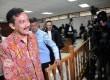 Mantan Menpora Andi Mallarangeng (kiri) beranjak usai menjalani sidang perdananya di Pengadilan Tindak Pidana Korupsi Jakarta, Senin, (10/3).  ( Republika/Aditya Pradana Putra)