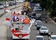 Mobil hias KPU - Bawaslu - PKPU bersama 15 Parpol peserta Pemilu mengikuti pawai usai Deklarasi Kampanye Berintegritas dengan rute Monas - Senayan, Jakarta, Sabtu (15/2). (Republika/Prayogi))