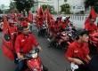 Para simpatisan Partai Demokrasi Indonesia Perjuangan (PDIP) berkonvoi dengan sepeda motor saat kampanye perdana di depan Museum Kebangkitan Nasional, Jakarta, Ahad (16/3).(Republika/Aditya Pradana Putra)