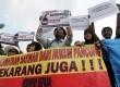 Pengunjuk rasa dari Serikat Keluarga dan Mantan Buruh Migran melakukan aksi di depan Istana Merdeka, Jakarta, Rabu (19/3). (Republika/Aditya Pradana Putra)