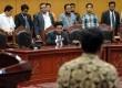 Yusril Ihza Mahendra (tengah) tetap duduk, saat majelis hakim meninggalkan ruang sidang usai pembacaan putusan gugatan UU Pilpres di Mahkamah Konstitusi, Jakarta, Selasa (20/3). (Republika/Aditya Pradana Putra)